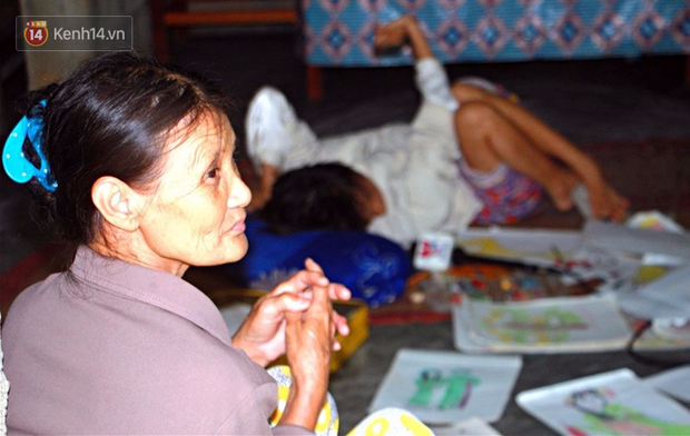 Cô gái khuyết tật ở Huế vẽ tranh bằng chân và lời nói dối đẫm nước mắt của người mẹ - Ảnh 11.