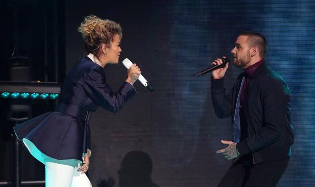 Liam và Rita song ca OST 50 Shades: Từ hôn nhau đến nơi cho tới đứng xa như... sợ lây bệnh, tất cả là vì Cheryl cấm? - Ảnh 4.