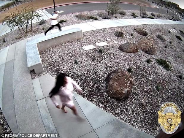 Rủ nhau đi trộm nhưng bị phát hiện, cặp vợ chồng nhảy qua tường để chạy trốn không ngờ lại tự chui đầu vào rọ - Ảnh 3.