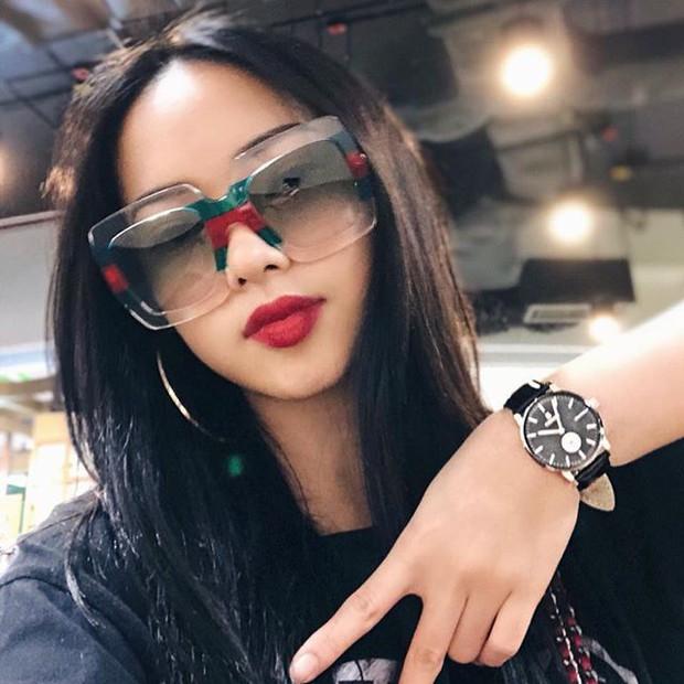 Khoe ảnh selfile tại Paris, Châu Bùi đụng ngay kính Gucci với Chi Pu - Ảnh 4.