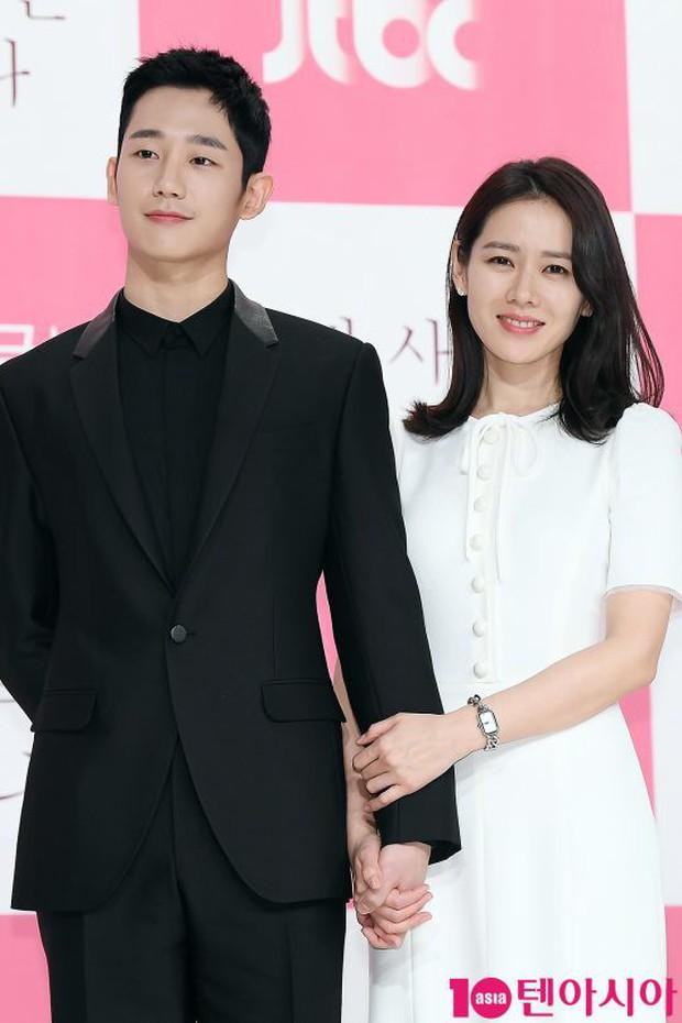 Hết nắm chặt tay ở họp báo lại tặng quà Valentine, Jung Hae In đang có tình ý với Son Ye Jin? - Ảnh 4.