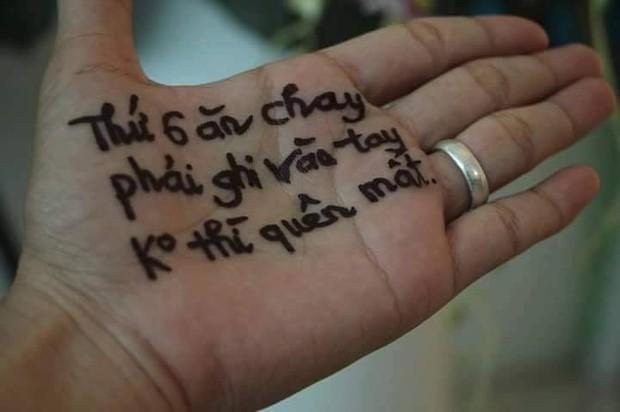 Chùm ảnh: Có những người sống mà không cần giấy nhớ, họ luôn ghi mọi thứ lên tay - Ảnh 1.