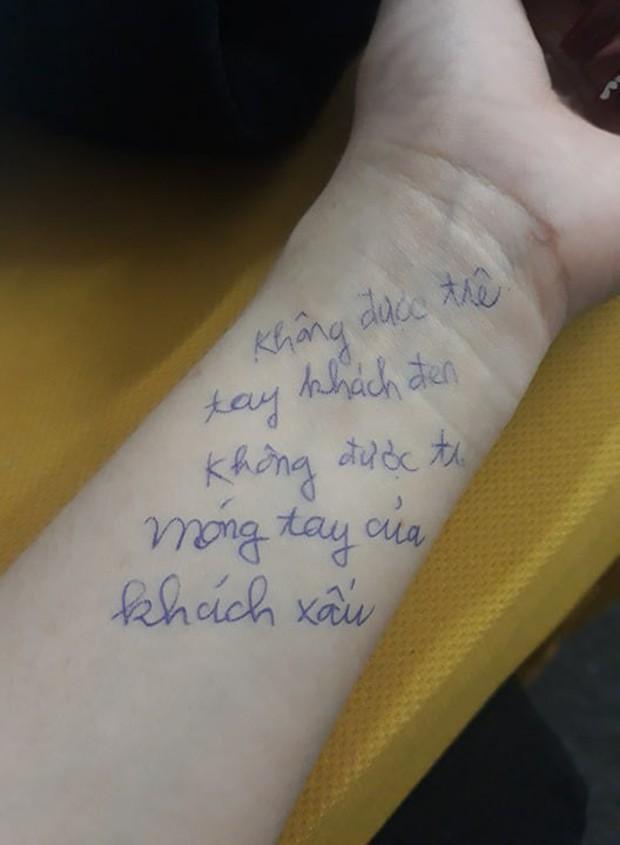 Chùm ảnh: Có những người sống mà không cần giấy nhớ, họ luôn ghi mọi thứ lên tay - Ảnh 2.