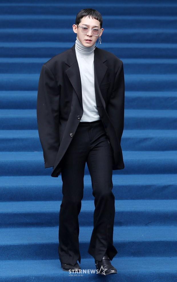 Rời Winner, thời trang của Nam Tae Hyun bỗng chuyển sang váy liền và suit dị dạng? - Ảnh 3.