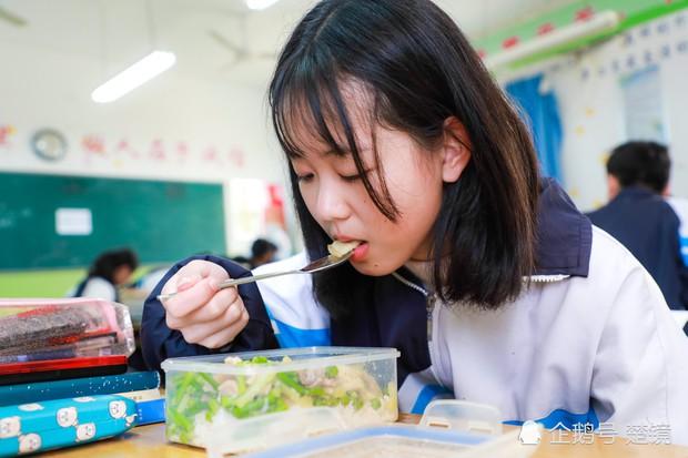 Cô bé 14 tuổi ngày nào cũng ăn thịt mỡ để chóng béo, đằng sau là câu chuyện lấy đi nước mắt của hàng triệu người - Ảnh 3.