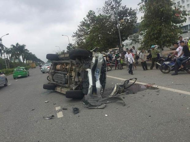 Nghệ An: Xe biển xanh lật nghiêng sau tai nạn, 4 người bị thương - Ảnh 1.