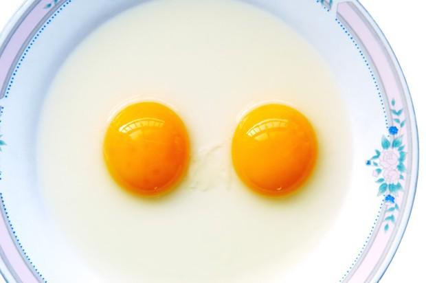 Liệu bạn có thể được tận mắt nhìn thấy hai chú gà con chui ra từ... một quả trứng? Và đây là câu trả lời - Ảnh 1.