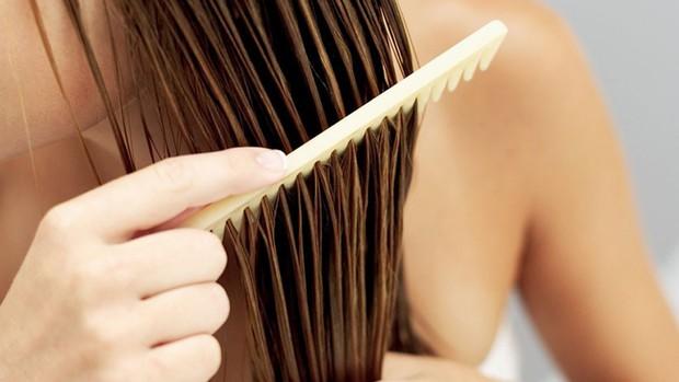 Không muốn tóc xơ rối, gãy rụng thì hãy tránh những thói quen này ngay - Ảnh 4.