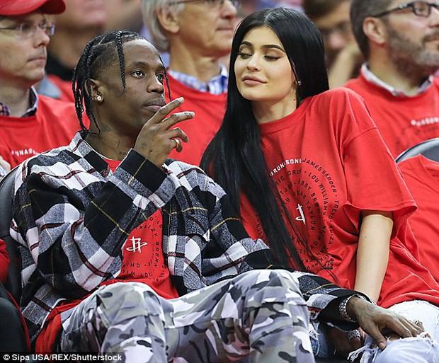Kylie Jenner khoe gương mặt của con gái, kết hợp nhan sắc giữa cô với bạn trai Travis Scott - Ảnh 1.