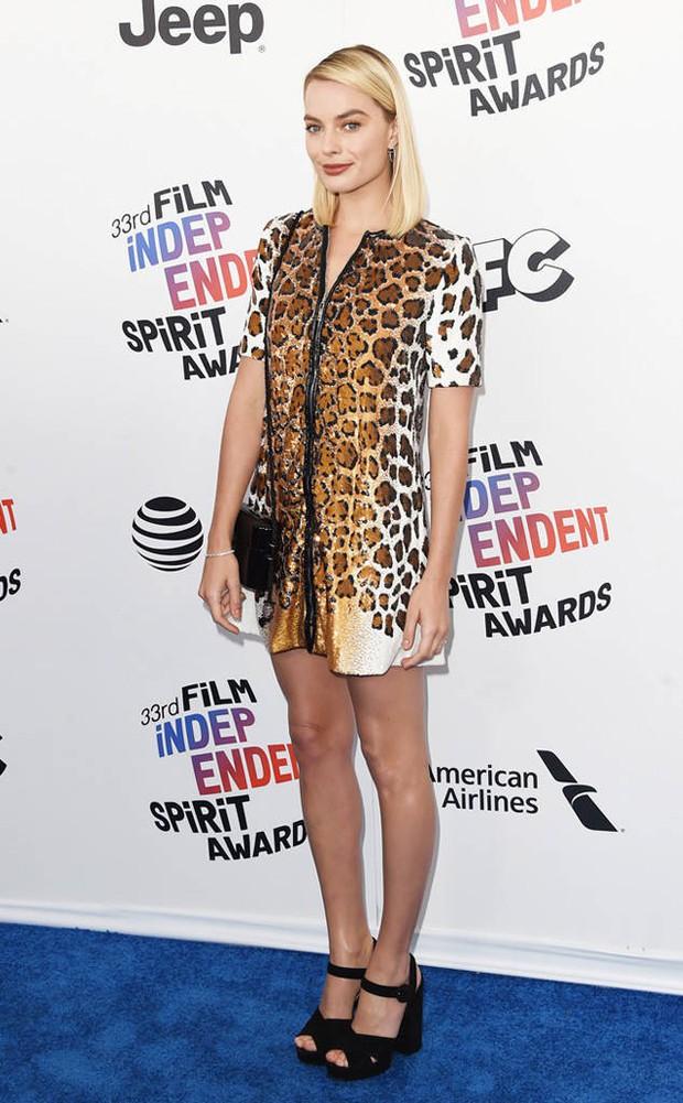 Chẳng cần hở hang, dàn mỹ nhân Hollywood khoe sắc lộng lẫy như các công chúa trên thảm xanh - Ảnh 1.