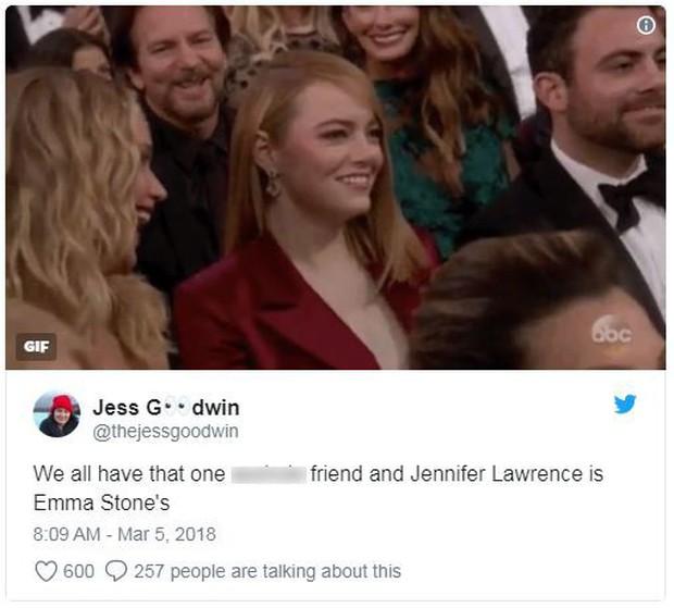 Đã là bạn thân, thì đến lễ trao giải Oscar cũng chẳng ngại chọc quê nhau như Jennifer Lawrence và Emma Stone - Ảnh 2.