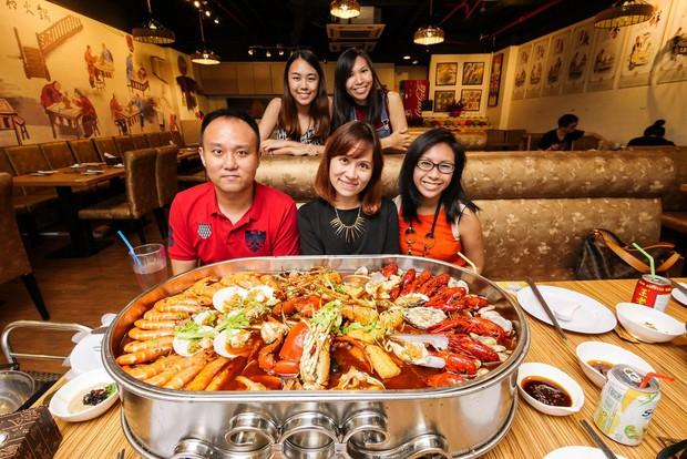 Team nghiện lẩu hải sản mà thấy nồi lẩu khủng này của Singapore thì thế nào cũng chết ngất vì quá hấp dẫn - Ảnh 5.