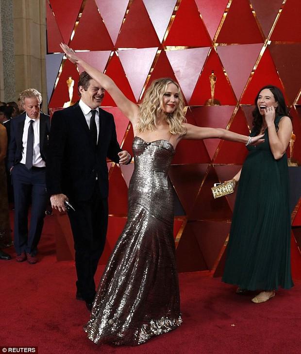 Có ai tự nhiên như Jennifer Lawrence, vén váy hàng hiệu trèo qua các hàng ghế tại Oscar 2018 - Ảnh 8.