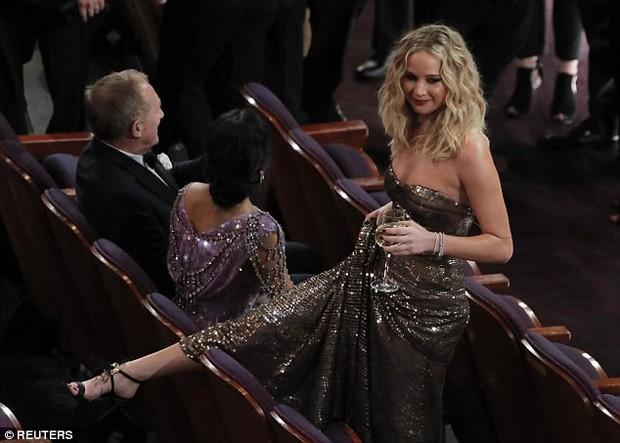 Có ai tự nhiên như Jennifer Lawrence, vén váy hàng hiệu trèo qua các hàng ghế tại Oscar 2018 - Ảnh 4.
