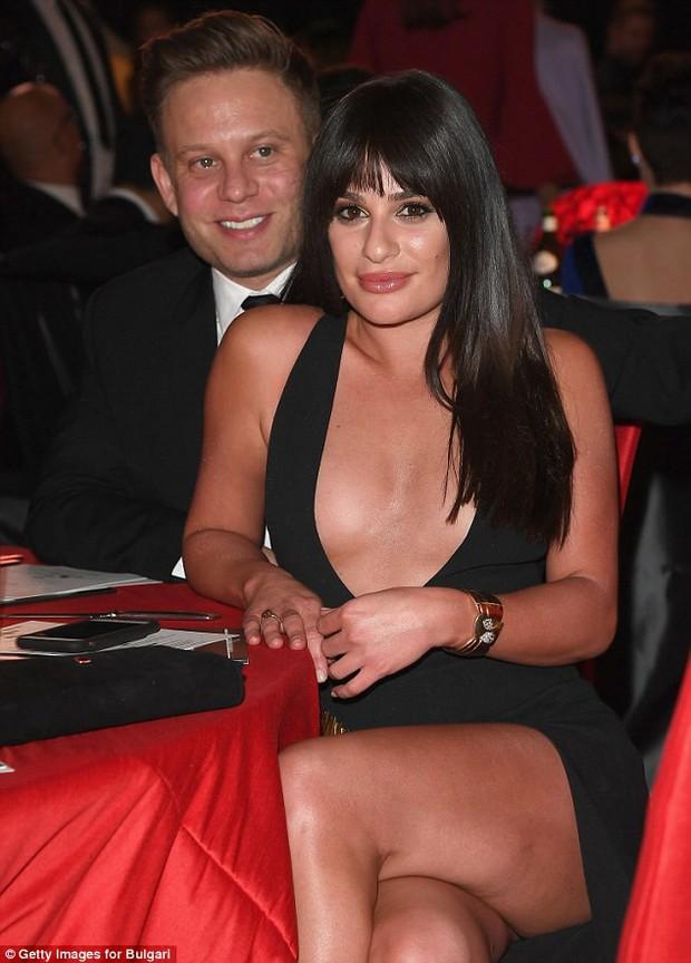 Diện váy hở gần hết ngực, sao nữ Glee lộ hàng khi dự tiệc hậu Oscar 2018 - Ảnh 6.