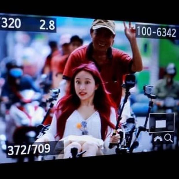 Chiều fan như EXID: Hani đẹp rực rỡ khi đi xích lô, cùng các thành viên check-in ăn phở tại TP.HCM - Ảnh 1.