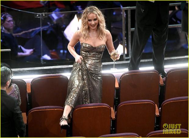 Có ai tự nhiên như Jennifer Lawrence, vén váy hàng hiệu trèo qua các hàng ghế tại Oscar 2018 - Ảnh 2.