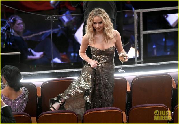 Có ai tự nhiên như Jennifer Lawrence, vén váy hàng hiệu trèo qua các hàng ghế tại Oscar 2018 - Ảnh 1.