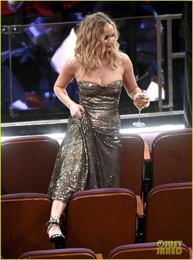Có ai tự nhiên như Jennifer Lawrence, vén váy hàng hiệu trèo qua các hàng ghế tại Oscar 2018 - Ảnh 3.