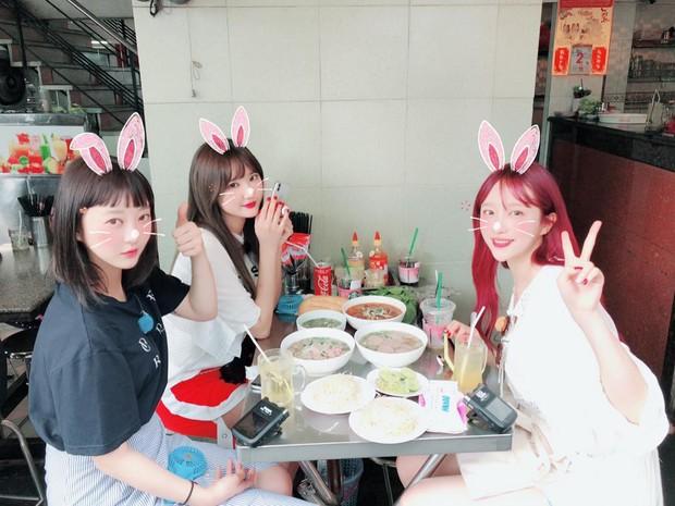 Chiều fan như EXID: Hani đẹp rực rỡ khi đi xích lô, cùng các thành viên check-in ăn phở tại TP.HCM - Ảnh 2.