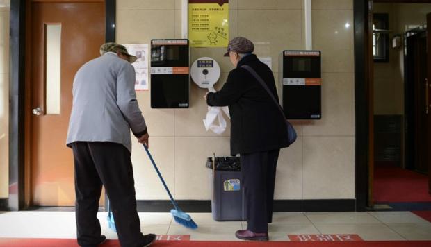 Trung Quốc: Muốn ứng tuyển nhân viên quản lý nhà vệ sinh công cộng phải có bằng đại học - Ảnh 1.