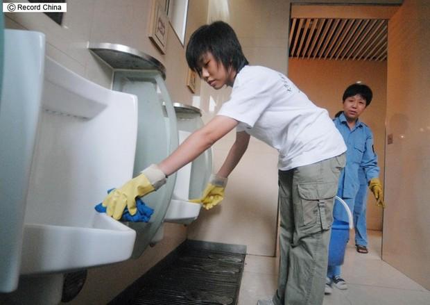 Trung Quốc: Muốn ứng tuyển nhân viên quản lý nhà vệ sinh công cộng phải có bằng đại học - Ảnh 2.