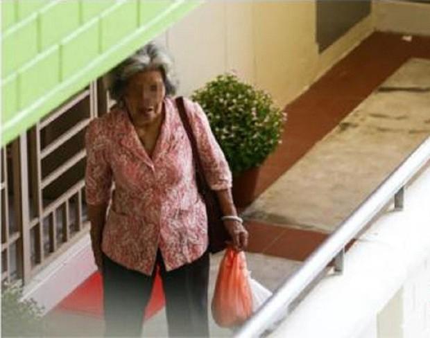 Mẹ già mỗi ngày đi xe buýt mang đồ ăn cho con gái góa chồng và thái độ của cô khiến mọi người phẫn nộ - Ảnh 1.