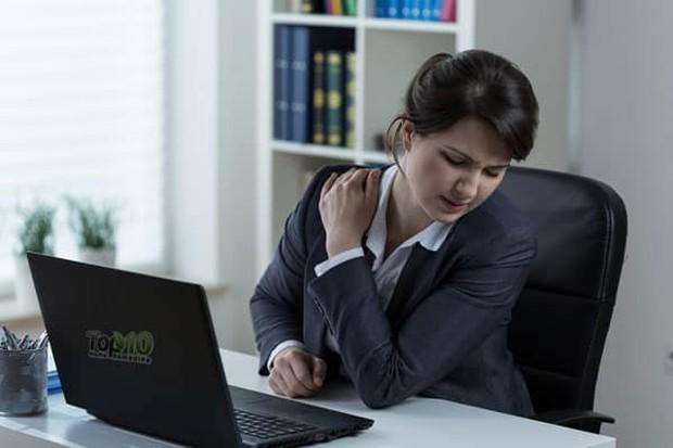 Làm thế nào để ngăn ngừa hoặc giảm đau cổ, đau vai khi làm việc? - Ảnh 1.