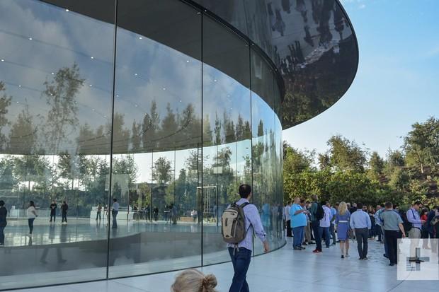 Hy hữu: Quảng cáo iPhone X đoán được tai nạn của nhân viên Apple 3 tháng sau đó - Ảnh 1.