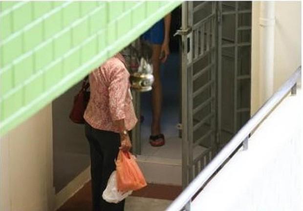 Mẹ già mỗi ngày đi xe buýt mang đồ ăn cho con gái góa chồng và thái độ của cô khiến mọi người phẫn nộ - Ảnh 3.