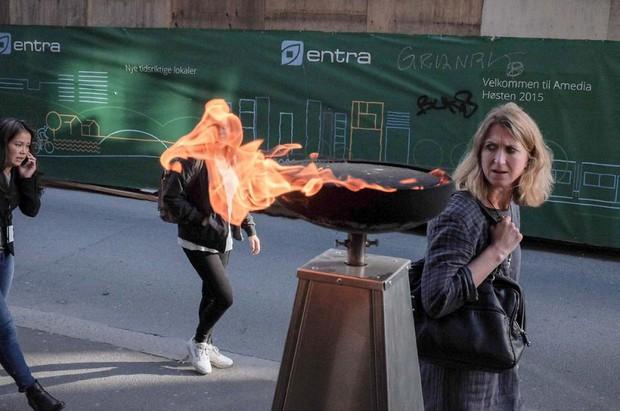 Những khoảnh khắc tình cờ thật bất ngờ lọt vào ống kính của nhiếp ảnh gia đường phố - Ảnh 2.