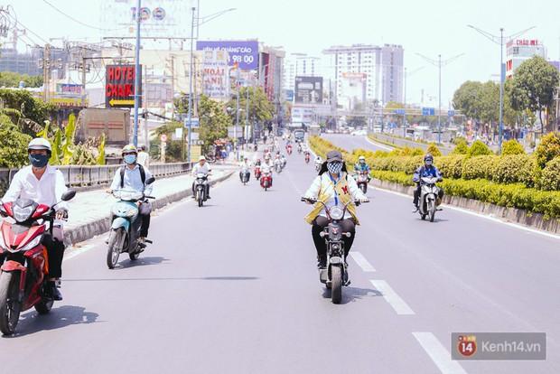 Sài Gòn nắng nóng kinh hoàng ngày 8/3, chị em phụ nữ trùm kín mít khi ra đường - Ảnh 1.