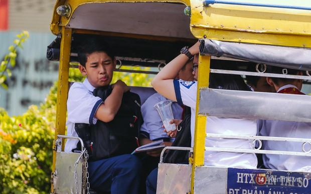 Sài Gòn nắng nóng kinh hoàng ngày 8/3, chị em phụ nữ trùm kín mít khi ra đường - Ảnh 8.