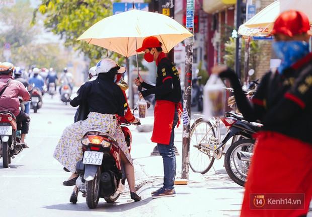 Sài Gòn nắng nóng kinh hoàng ngày 8/3, chị em phụ nữ trùm kín mít khi ra đường - Ảnh 17.