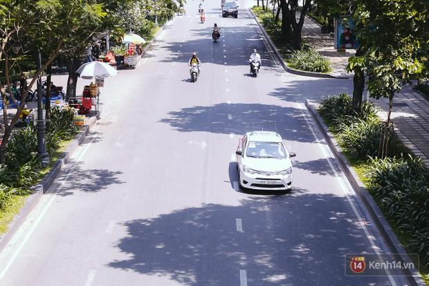 Sài Gòn nắng nóng kinh hoàng ngày 8/3, chị em phụ nữ trùm kín mít khi ra đường - Ảnh 2.