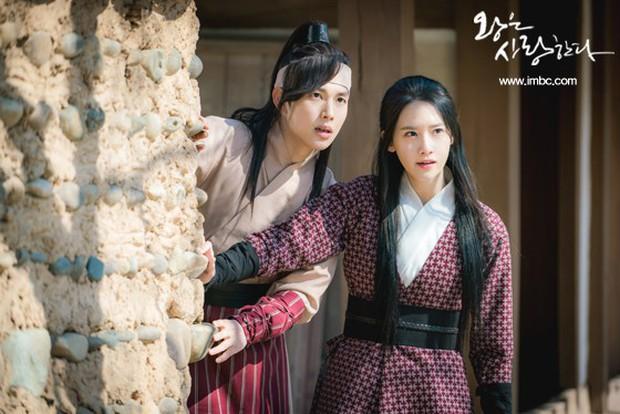 Không phải bạn gái cũ Yoona, đây mới là người đến thăm Tôn ngộ không Lee Seung Gi trong quân ngũ - Ảnh 4.