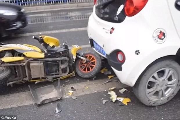 Clip: Cắm mặt vào điện thoại, người đàn ông điều khiển xe tông thẳng đuôi ô tô - Ảnh 3.