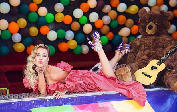 Vì sao cuộc sống của Miley Cyrus đã thay đổi mãi mãi sau sân khấu VMAs tai tiếng cách đây 5 năm? - Ảnh 3.