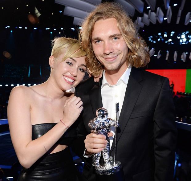 Vì sao cuộc sống của Miley Cyrus đã thay đổi mãi mãi sau sân khấu VMAs tai tiếng cách đây 5 năm? - Ảnh 2.