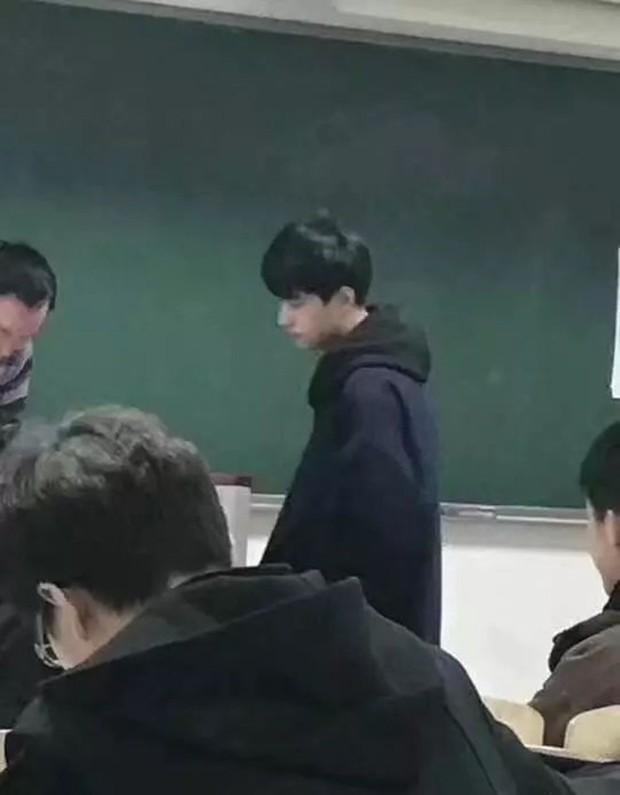 Chỉ sau 1 bức ảnh trông thi, thầy giáo trẻ bỗng nổi như cồn với biệt danh Hà Dĩ Thâm phiên bản đời thực - Ảnh 1.