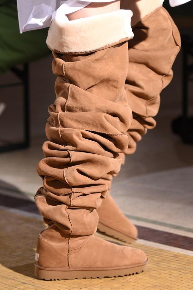 Hỏi nhanh: Bạn có muốn đi đôi boot béo cao ngang đùi đồ sộ và trễ nải này không? - Ảnh 3.