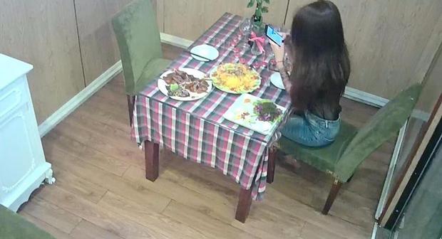Câu chuyện cô gái trẻ bị bỏ bom ở nhà hàng đến 2 giờ sáng và hành động đẹp của chủ quán - Ảnh 2.