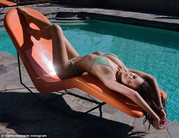 Thân hình đẹp xuất sắc của Emily Ratajkowski: Ngực nở, bụng phẳng lỳ và chân dài miên man - Ảnh 1.