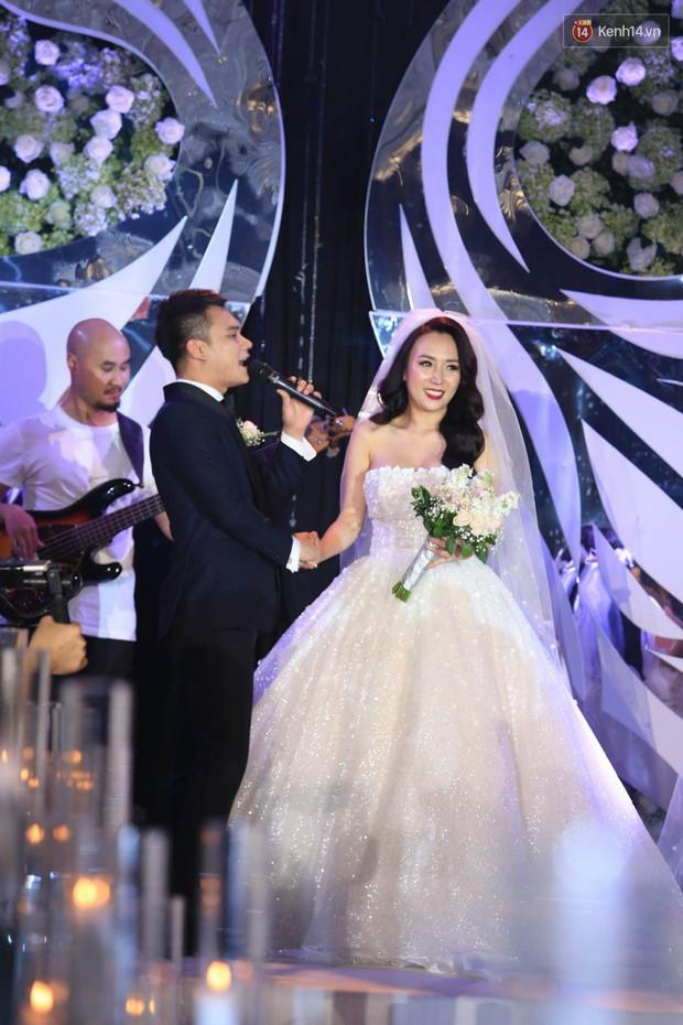 Loạt sao đình đám thi nhau hát hit khủng dành tặng Khắc Việt và bà xã trong tiệc cưới tại Hà Nội - Ảnh 5.