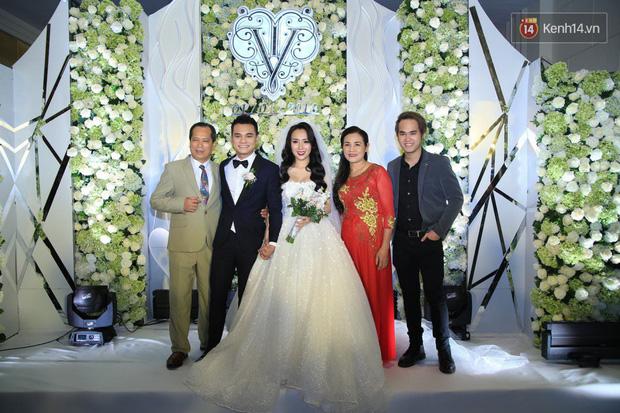 Loạt sao đình đám thi nhau hát hit khủng dành tặng Khắc Việt và bà xã trong tiệc cưới tại Hà Nội - Ảnh 4.