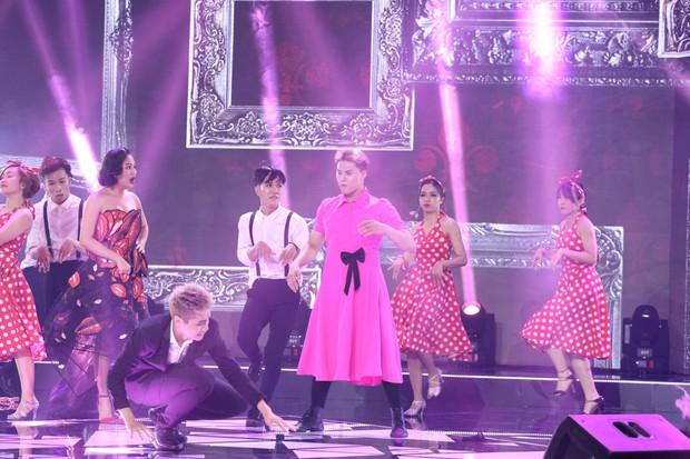 Trời sinh một cặp: Lâm Vinh Hải gây choáng khi diện đầm hồng, tóc dài, đeo nơ trên sân khấu - Ảnh 3.