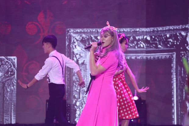Trời sinh một cặp: Lâm Vinh Hải gây choáng khi diện đầm hồng, tóc dài, đeo nơ trên sân khấu - Ảnh 4.