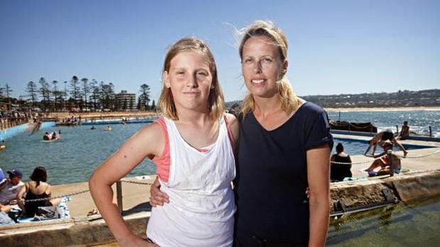 """Đưa con đi bơi, mẹ hốt hoảng khi con gái bị """"nuốt chửng bởi một cái hố rồi bị đẩy ra biển - Ảnh 2."""