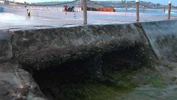 """Đưa con đi bơi, mẹ hốt hoảng khi con gái bị """"nuốt chửng bởi một cái hố rồi bị đẩy ra biển - Ảnh 3."""