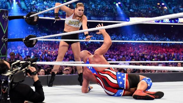"""""""Quái nữ"""" UFC Ronda Rousey  ra mắt thành công ở đấu trường WWE - Ảnh 5."""